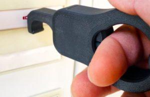 dispositivo en uso apretando un botón