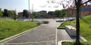 Vista de conexión entre senderos de paseo y plaza central de usos múltibles