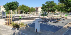 Vista detalle de una fuente potable con diseño en doble altura.